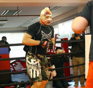 Kinniku Mantaro unveils his fighting mask. - Sportsnavi.com